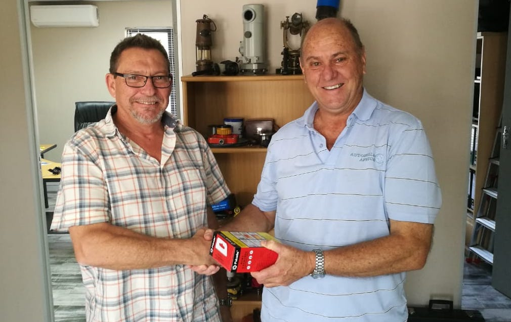 Eric van Duffelen receives his prize from Autobuild Africa's Dave Beatie 2018